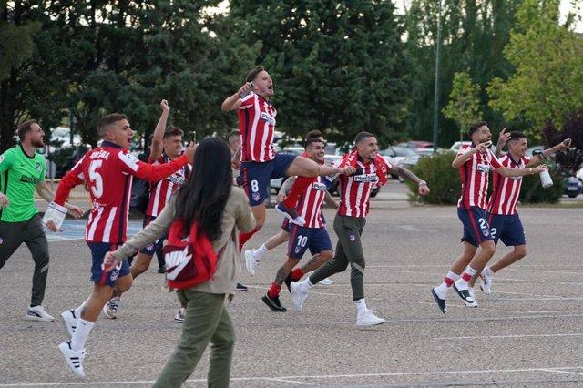 Jugadores del Atlético de Madrid celebran el título con aficionados en el parking de Zorrilla