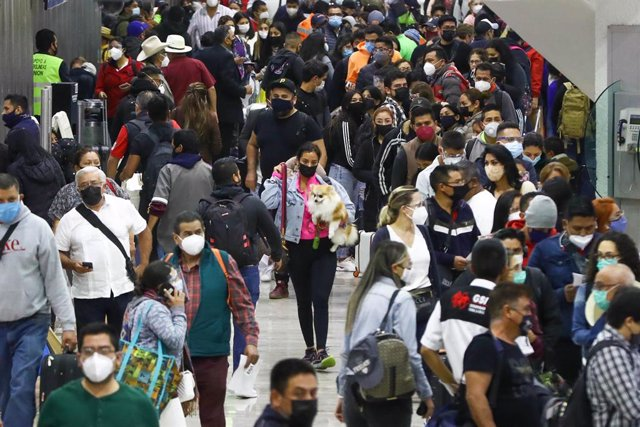 Archivo - 18 March 2021, Mexico, Mexico City: People crowd to enter the boarding lounges at the Mexico City International Airport. Photo: -/El Universal via ZUMA Wire/dpa