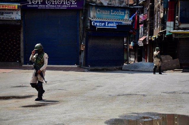 21 May 2021, India, Srinagar: Paramilitary troopers stand gaurd at a closed market during strict restrictions imposed on the death anniversaries of two separatist leaders Mirwaiz Muhammad Farooq and Abdul Gani Lone, in Srinagar. Photo: Saqib Majeed/SOPA I