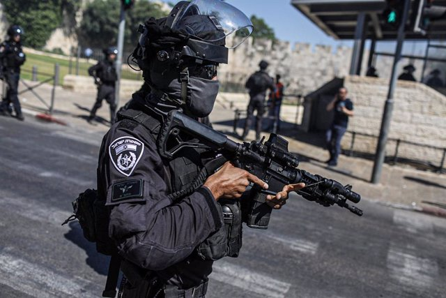 18 May 2021, Israel, Jerusalem: Israeli security forces deploy during clashes between Israeli security forces and protesters at Damascus gate in Al Aqsa Mosque compound in Jerusalem's Old City. Photo: Ilia Yefimovich/dpa