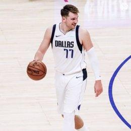 Luka Doncic vence con Dallas Mavericks a Los Angeles Clippers en el Staples Center