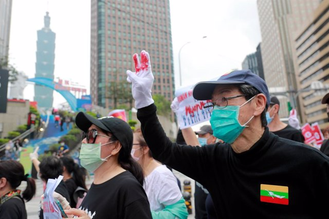 02 May 2021, Taiwan, Taipei: A protester flashes a three fingered salute during a protest near the Taipei 101 building the during a demonstration against the ongoing military coup in Myanmar. Photo: Daniel Ceng Shou-Yi/ZUMA Wire/dpa