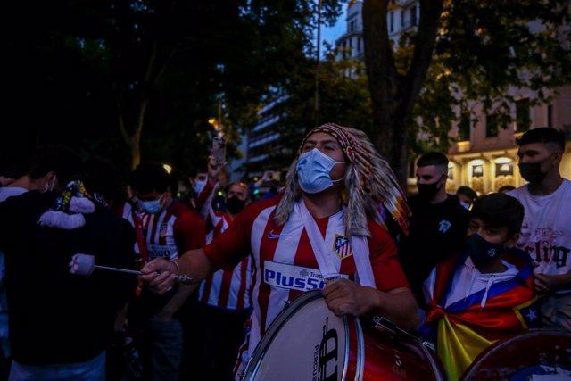 Seguidores de Atlético de Madrid acuden a la fuente de Neptuno de Madrid para celebrar la victoria de su equipo a pesar de las recomendaciones de no acudir para evitar la propagación del coronavirus a 22 de mayo de 2021, en Madrid.