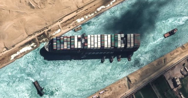 """Archivo - HANDOUT - 29 March 2021, Egypt, Suez: A satellite image provided by the European Space Imaging on 29 March 2021 shows the """"Ever Given"""" container ship operated by the Evergreen Marine Corporation with tugboats, shortly before it was fully freed a"""