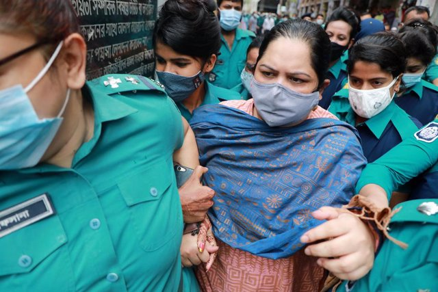 18 May 2021, Bangladesh, Dhaka: Police escort investigative journalist Rozina Islam (C) to a court, a day after being arrested on accusation of stealing documents and taking images by the health ministry. Photo: Harun-Or-Rashid/ZUMA Wire/dpa