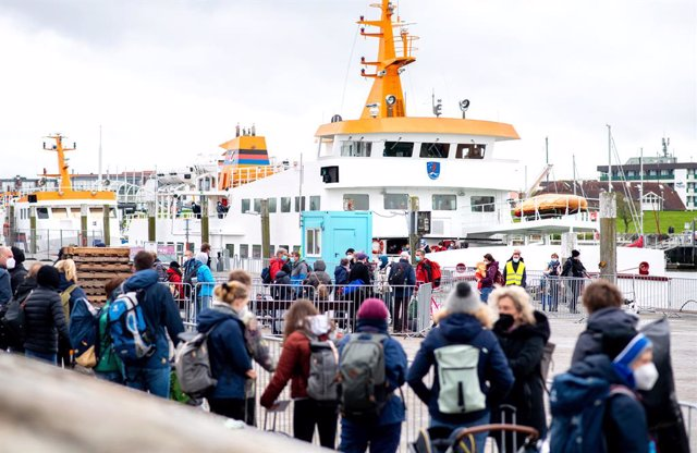 22 May 2021, Lower Saxony, Bensersiel: Numerous tourists wait at the ferry port before crossing to the island of Langeoog to boarda a ferry. Photo: Hauke-Christian Dittrich/dpa