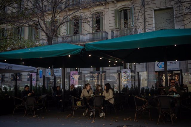 Archivo - Arxivo - Diverses persones en una terrassa donin Barcelona