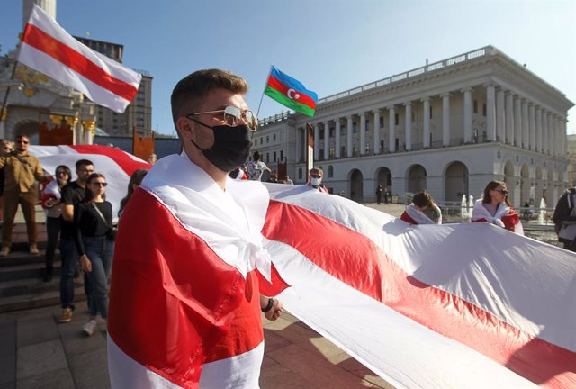 Archivo - 20 September 2020, Ukraine, Kiev: Members of the Belarusian community in Ukraine and Ukrainian activists take part in a rally of solidarity with anti-Lukashenko protests in Belarus, at Kiev's Independence Square. Photo: Serg Glovny/ZUMA Wire/dpa