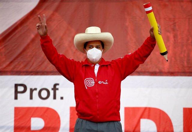 El candidato de Perú Libre (izquierda) a la Presidencia de Perú, Pedro Castillo