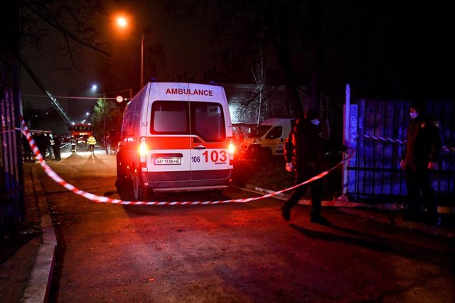 Archivo - 04 February 2021, Ukraine, Zaporizhzhia: An ambulance stands at the scene of the fatal fire in the intensive care unit of the Coronavirus (Covid-19) department at the Zaporizhzhia Regional Infectious Diseases Hospital. Photo: -/Ukrinform/dpa