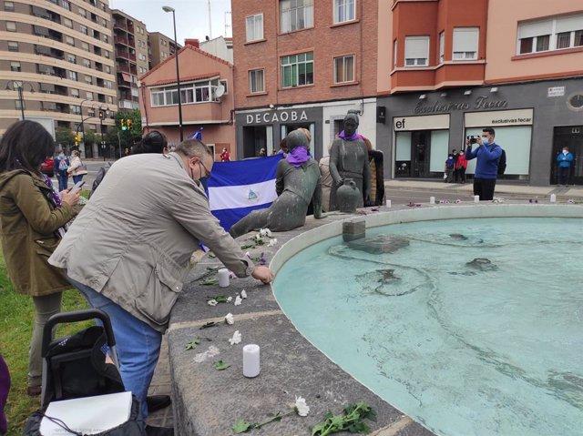 Concentración en repulsa del presunto asesinato machista de una mujer en el barrio zaragozano de Las Fuentes.