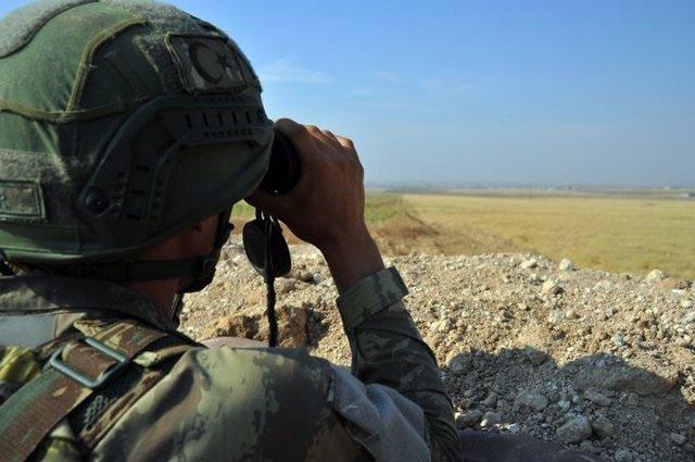 Archivo - Un militar turco observando con unos prismáticos
