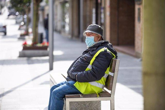 Archivo - Un hombre sentado en un banco en una calle de O Grove, el día en que entra en vigor el cierre perimetral del municipio, a 8 de abril de 2021, en O Grove, Pontevedra, Galicia, (España).  El Comité Clínico de la Xunta de Galicia ha decretado este