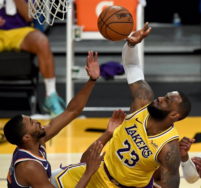 Archivo - 02 March 2021, US, Los Angeles: Los Angeles Lakers player LeBron James (R) attempts a shot, next to Phoenix Suns player Mikal Bridges during the US NBA basketball match between Los Angeles Lakers and Phoenix Suns at the Staples Center. Photo: Ha