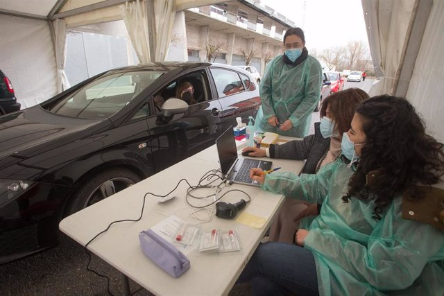 Archivo - Una persona acude a realizarse un test de antígenos de Covid-19 en un dispositivo organizado en una carpa en Monforte de Lemos.