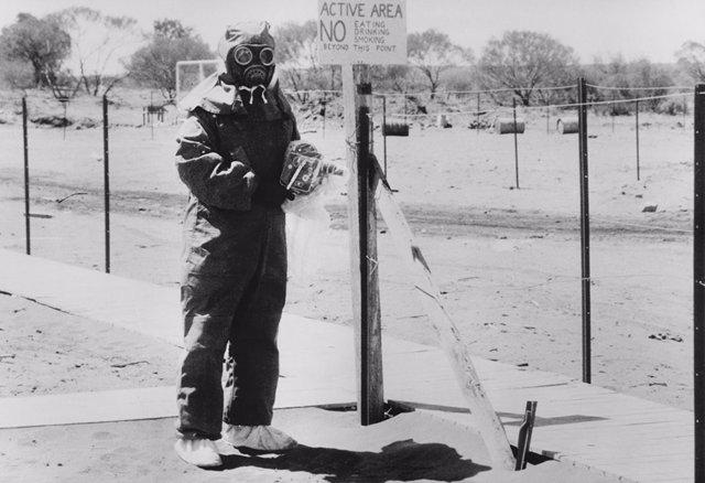 Técnico nuclear durante las pruebas en el campo de Maralinga