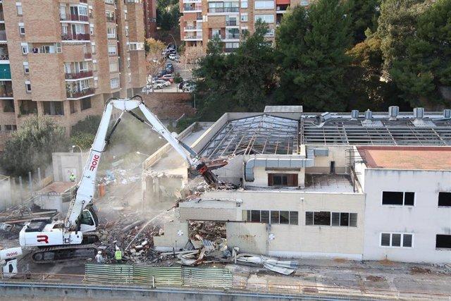 Archivo - Labores de derribo de la antigua lavandería del Hospital Vall d'Hebron de Barcelona, paso previo a la construcción del nuevo edificio de investigación del centro.