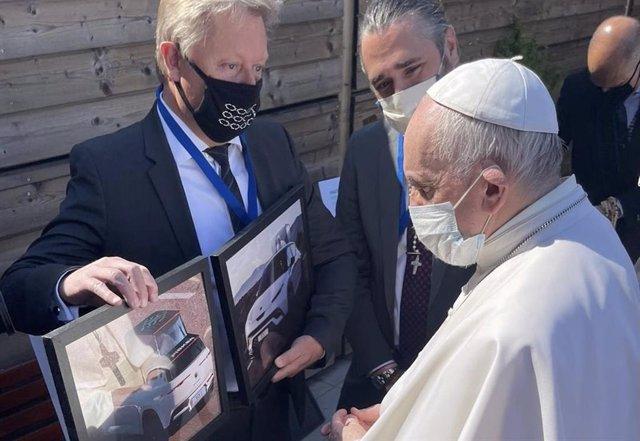 El Papa Francisco con los representantes de Fisker.