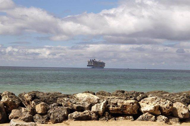 El crucero 'Odyssey of the Seas', varado en la bahía de Palma.