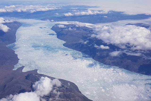 Archivo - Una vista aérea de Nuup Kangerlua (fiordo) y los glaciares que lo alimentan con agua de deshielo. Este fiordo recibe aproximadamente 20 kilómetros cúbicos de agua de deshielo de la capa de hielo cada año .