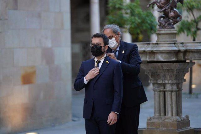 L'expresident Quim Torra posa la medalla de president de la Generalitat a Pere Aragonès