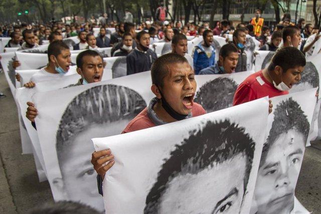 Archivo - Alumnos y padres de los 43 alumnos de la Escuela de Maestros Rurales de Ayotzinapa, secuestrados a la fuerza y luego desaparecidos en Iguala, participan en una marcha en la plaza Zócalo para exigir justicia después de seis años de desapariciones