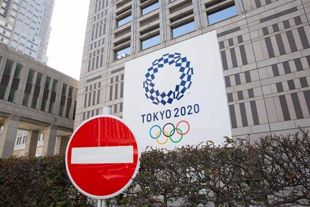 Archivo - Señal de tráfico delante del Edificio del Comité Organizador de los Juegos Olímpicos y Paralímpicos de Tokyo 2020