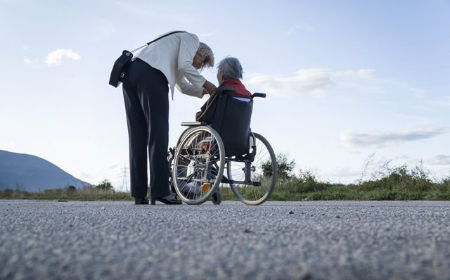 Archivo - Dependencia. Mujer mayor en silla de ruedas. Cuidades. Cuidadora.
