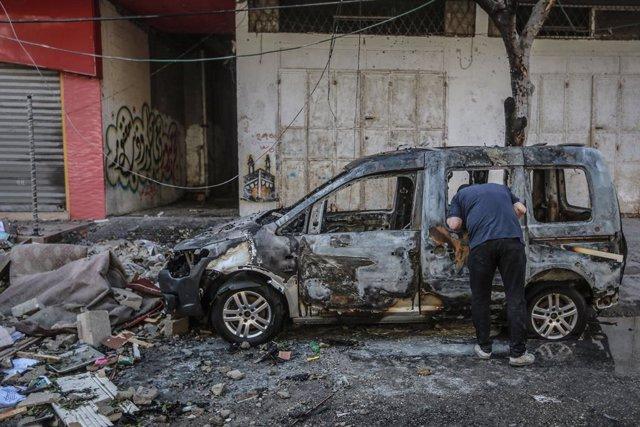 Restos de un vehículo tras un bombardeo de Israel contra la Franja de Gaza