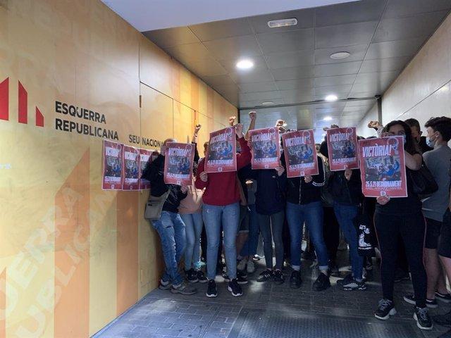 Activistes ocupen la seu d'ERC en protesta per un desnonament.