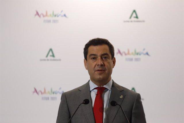 El presidente de la Junta de Andalucía, Juanma Moreno, en una foto de archivo en la inauguración de  el pabellón de Andalucía en Fitur a  19 de mayo del 2021, en Madrid, España