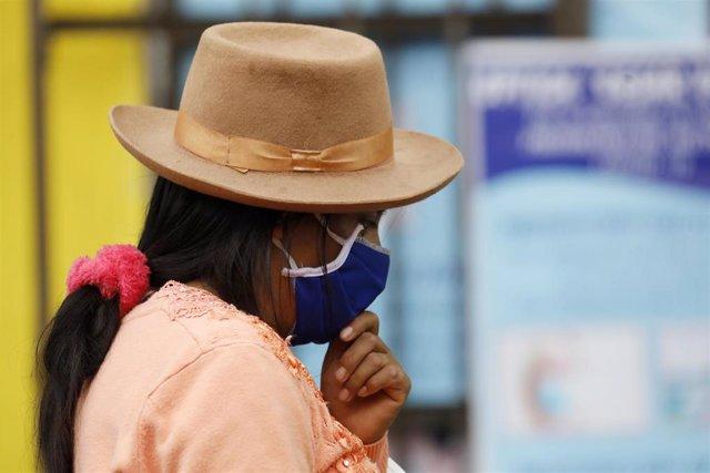 Archivo - Una mujer con mascarilla en Lima