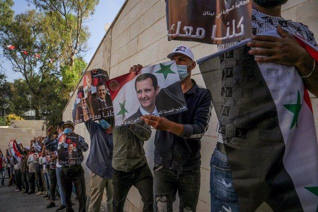 Sirios con pancartas con la efigie del presidente de Siria, Bashar al Assad, durante la votación en Líbano en las elecciones presidenciales de 2021