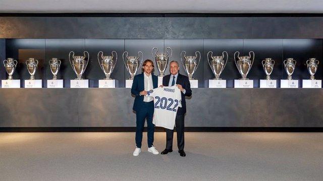 El jugador del Real Madrid Luka Modric y el presidente del Real Madrid, Florentino Pérez, en la renovación del croata hasta 2022