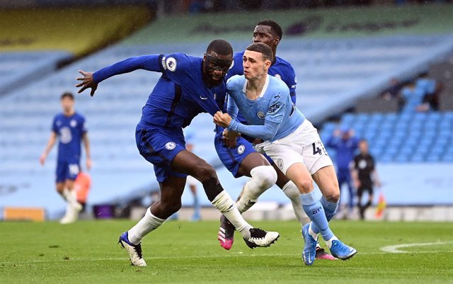 08 May 2021, United Kingdom, Manchester: Manchester City's Phil Foden pulls on the shirt of Chelsea's Antonio Rudiger as they battle for position during the English Premier League soccer match between Manchester City and Chelsea at the Etihad Stadium. Pho