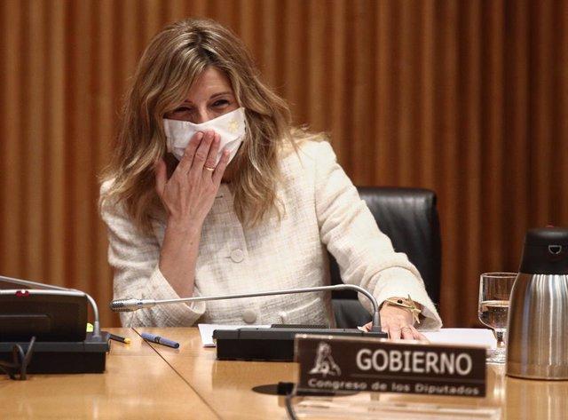 Archivo - La ministra de Trabajo y Economía Social, Yolanda Díaz, saluda a su llegada a la Comisión de Trabajo, Inclusión, Seguridad Social y Migraciones celebrada en la Sala Ernest Lluch del Congreso de los Diputados, en Madrid, (España), a 22 de marzo d