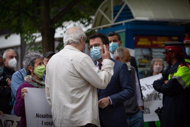 El presidente de la Generalitat, Pere Aragonès, escucha las reivindicaciones de los vecinos de Sabadell frente al Hospital Parc Taulí