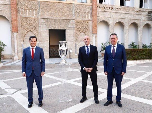 Luis Rubiales preside en Sevilla la foto oficial con el trofeo de la Eurocopa.