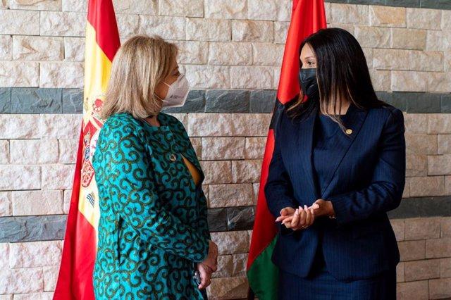 La secretaria de Estado de Exteriores, Cristina Gallach, y la ministra de Exteriores de Guinea Bissau, Suzi Barbosa, durante la visita de la primera al país africano