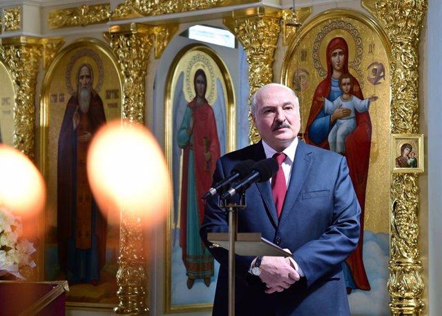 El presidente de Bielorrusia, Alexander Lukashenko, en una catedral en Turau