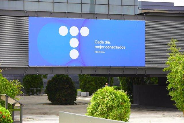 Edificio de la sede de Telefónica, a 27 de abril de 2021, en Madrid, (España). Telefónica ha cambiado su imagen por primera vez en más de dos décadas con un nuevo logo que rememora las míticas cabinas telefónicas. Su nueva imagen, que mantiene el nombre d