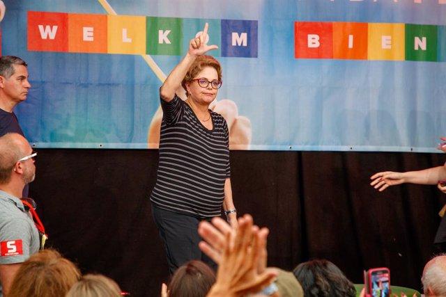Archivo - 22 September 2019, Belgium, Bredene: Former Brazilian president Dilma Rousseff waves during the 10th edition of the 'Manifiesta' solidarity event organized by far-left party PVDA - PTB in Bredene. Photo: Kurt Desplenter/BELGA/dpa