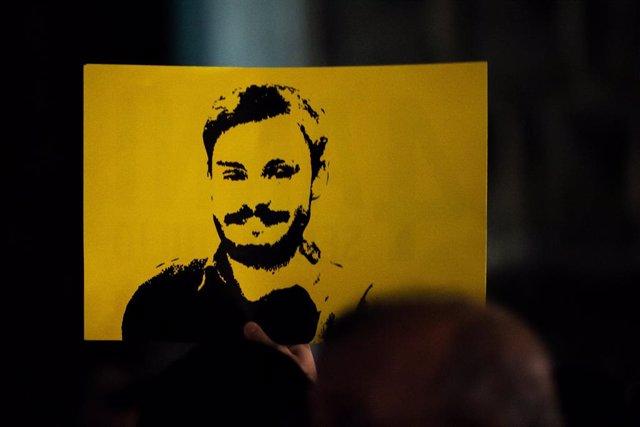 Retrato del jovn estudiante italiano Giulio Regeni, torturado y asesinado por los servicios secretos egipcios, en una manifestación en el año 2020 en Nápoles.