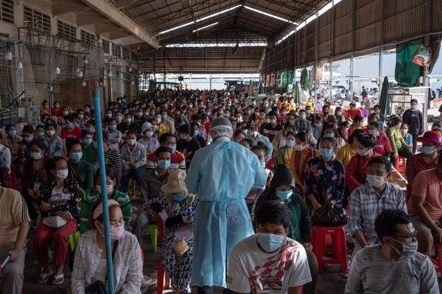 Un grupo de personas espera su turno para hacerse la prueba del coronavirus en Camboya.