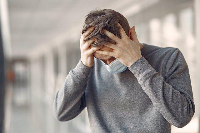 Archivo - Migraña en pandemia, dolor de cabeza, Covid-19, mascarilla, ansiedad, depresión.