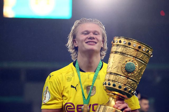 13 May 2021, Berlin: Dortmund's Erling Haaland celebrates with the trophy after his team won the German Cup (DFB Pokal) final soccer match against RB Leipzig at the Olympic Stadium. Photo: Martin Rose/Getty-Pool/dpa - IMPORTANT NOTICE: DFL and DFB regulat