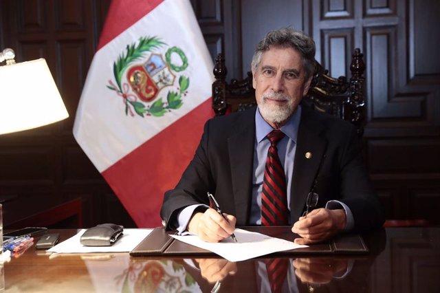 Archivo - El presidente de Perú, Francisco Sagasti, firma la reforma que permite terminar con la inmunidad parlamentaria en el país.