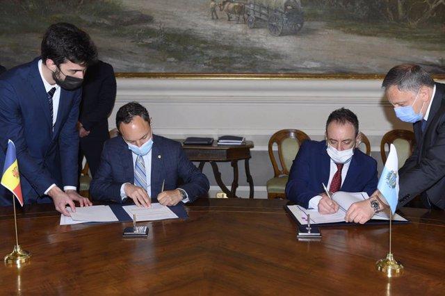 Espot i Beccari signant el memoràndum d'amistat i cooperació general.