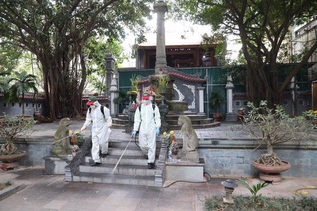 Equipo de desinfección en un parque de Hanoi, Vietnam