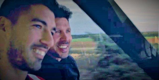 Luis Suárez y Diego Pablo Simeone, juntos en el autobús de vuelta a Madrid tras ganar el título en Valladolid
